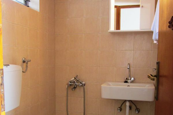 private-bathroom-rent-rooms-agia-pelagia-crete8208DAE6-6923-E0C1-8596-0ABF40768216.jpg